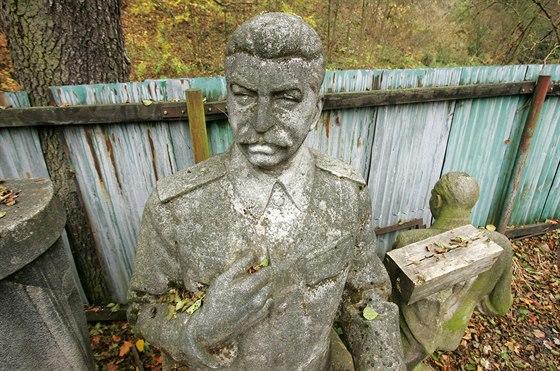 Na správném místě: karlovarská Stalinova busta, dnes uskladněná v areálu Lázeňských lesů v Březové