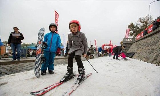 Děti se mohou v centru Prahy učit lyžovat