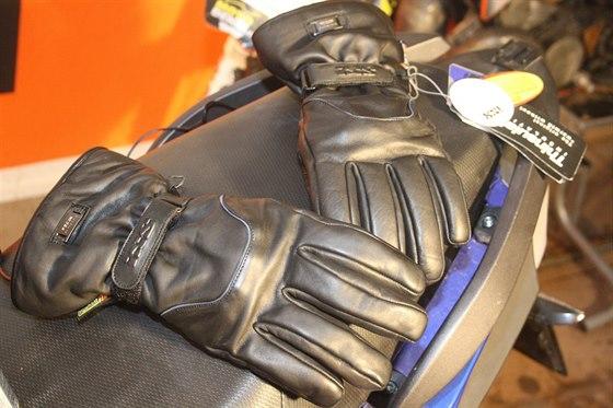 Vyhřívané rukavice jsou  k nezaplacení, jejich zapojování před jízdou vám ale chvíli času zabere