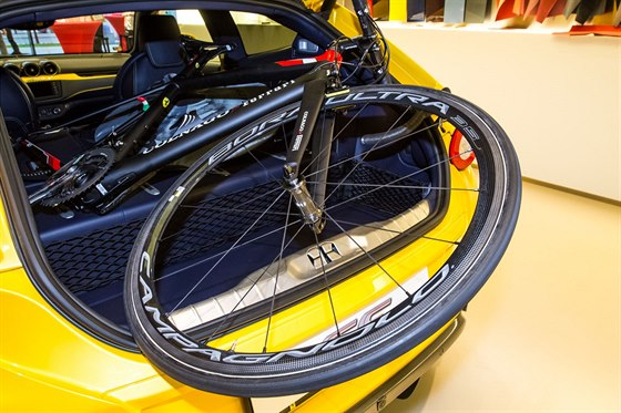 Karbonový special Colnago v kufru Ferrari FF, jinými slovy pro laiky: kolo za čtvrt milionu v autě za deset milionů.