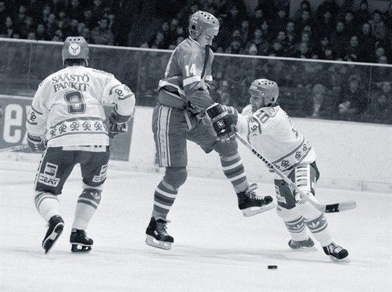 Petr Klíma (uprostřed) během přípravného utkání ČSSR - Finsko před pražským hokejovým šampionátem. (únor 1985)