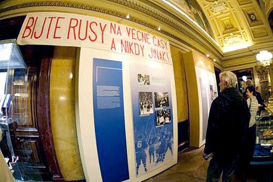 BIJTE RUSY. Tenhle transparent se po letech dostal až do Národního muzea. V roce 1983 pořádně zatopil televizním redaktorům, kteří komentovali zápas ČSSR - SSSR na mistrovství světa v Mnichově. Německý režisér možná vůbec nechápal politický podtext, nicméně skupinu emigrantů s transparentem v přenosu často ukazoval. Komentátoři to nemohli přehlížet, a tak začali německou režii obviňovat ze spiknutí.