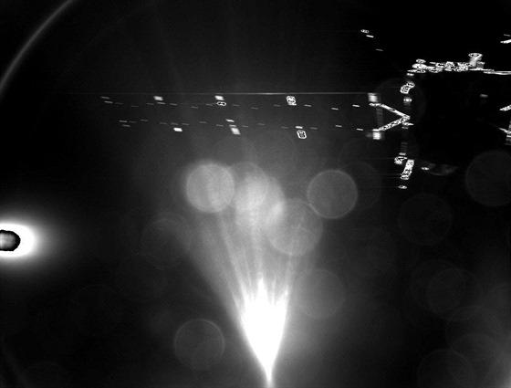 Máme první snímek z modulu Philae po oddělení od sondy Rosetta. Pořídilo jej zařízení CIVA. V záběru je špatně, ale přece jen rozeznat sonda Rosetta. Kvalita není nijak zázračná, ale snímek dokazuje, že alespoň hlavní systémy (především řídící jednotka) pracují podle plánu a modul dělá to, k čemu byl naprogramován.