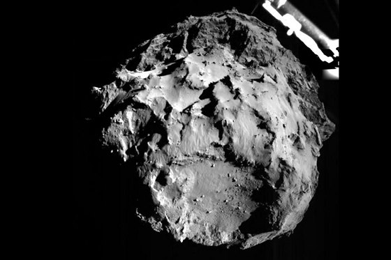 První fotografie pořízená modulem Philae před přistáním na kometu. Pořízena byla kamerou ROLIS, která se dívá z modulu dolu. Vznikla ve 14:38:41 UT z výšky tři kilometry nad povrchem. Rozlišení snímku je 3 metry na pixel.12.11.2014