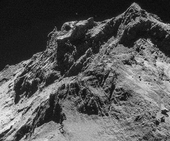 Na kometě. Scéna jako z obrazu romantického malíře zachycená objektivem sondy Rosetta.