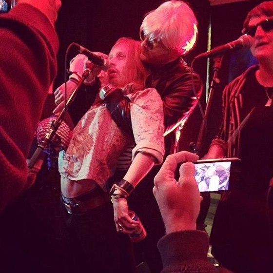 Macaulay Culkin dělal na koncertě mrtvého v reakci na zprávy o své smrti.