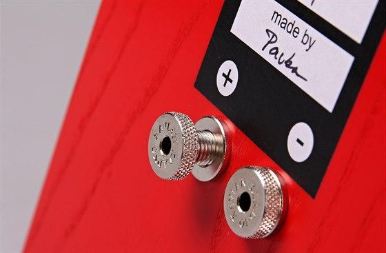 Kvalitní šroubovací terminály pro připojení k zesilovači a podpis osoby, která reprosoustavy vyrobila.