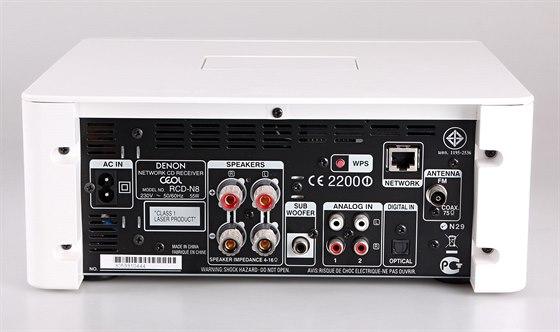 Přípojná místa na zadní straně síťového receiveru.