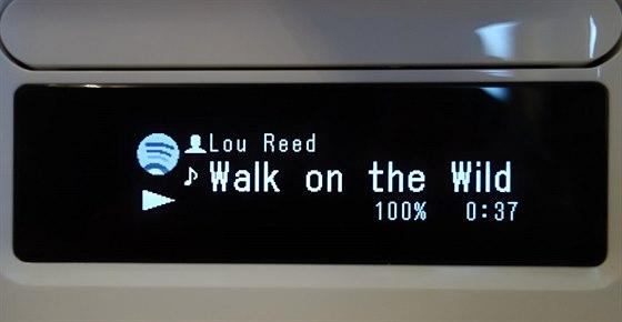 Displej síťového receiveru při reprodukci hudby ze Spotify.