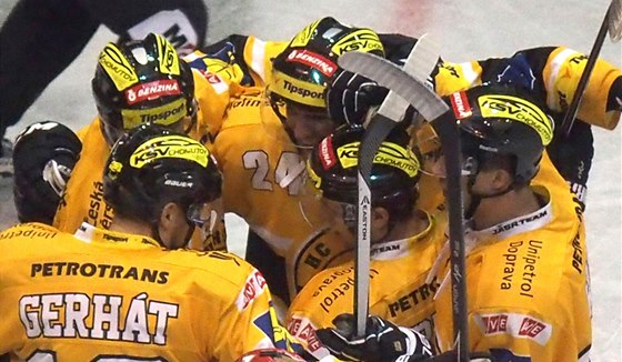 Hokejisté Litvínova slaví gól.