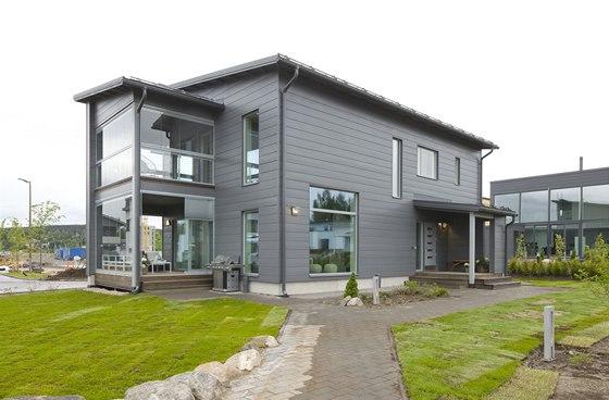 Dvoupodlažní dům je určený pro pětičlennou rodinu. Okolí domů se teprve dokončuje, čeká se na výsadbu dalších jehličnanů.