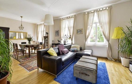 Jídelně vévodí masivní starožitný stůl a dřevěné židle kombinované s kůží zdobenou ornamenty.