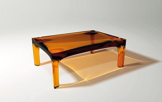 """Usednout k """"jantaru"""" umožní světlem prozářený jantarový stůl Amber, diplomová práce na škole designu ve Švédsku."""