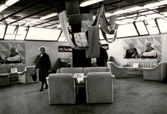 6. podlaží DBK - zde byly vystavené sedací soupravy, křesla a pohovky. Podhledové kazety dovolovaly jak instalaci pohyblivých příček, tak zavěšení různých propagačních prvků.