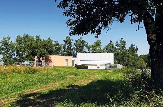 Samotnou stavbu vymyslel architekt Tomáš Bindr. Patrné je náročné skloubení velké hmoty hangáru s přízemní hmotou rodinného domu, dále výhodná orientace hangáru k severní straně a izolace silničního  hluku od obytného prostoru