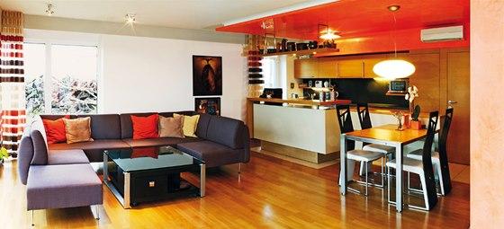 Stejná dubová dfřevina, která je na podlaze, zdobí i interiérové dveře a skříňky kuchyně.