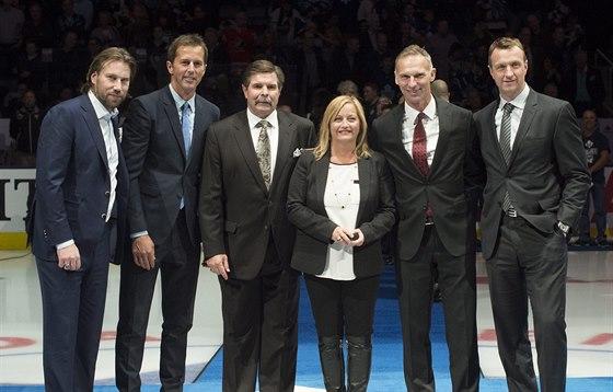 Noví členové hokejové Síně slávy v Torontu: zleva Peter Forsberg, Mike Modano, Bill McCreary, Line Burnsová (reprezentující zesnulého manžela Pata Burnse), Dominik Hašek a Rob Blake.