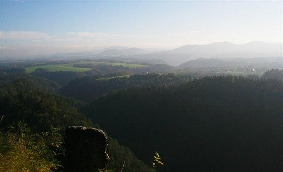 Zprava Gohrisch a Papstein, na pozadí následovaný tabulí vrcholu Grosser Zschirnstein