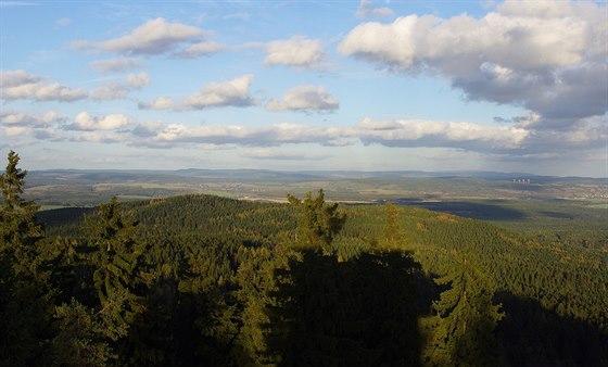 Výhled z Kapellenbergu (757 m) na Krušné hory