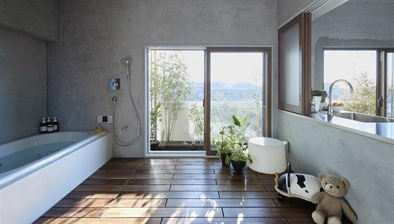 Pohled z vany. Z koupelny lze vyjít na dlouhý balkon, nebo pokud chcete, můžete si při koupeli povídat se zbytkem rodiny připravujícím večeři.