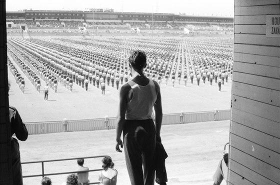 Ve 30. letech vyrostla západní tribuna, v letech 1960 až 1975 byl areál dostavěn pro potřeby spartakiád. Snímek je z roku 1965.