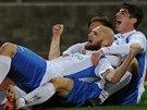 Fotbalisté Ústí nad Labem se radují z gólu, který dal Tomáš Smola (vepředu).