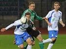 Fotbalisté Ústí vlevo Jan Martykán - vpravo Matěj Fiala, v utkání s KArvinou.