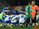 Zatímco fotbalisté Ústí slaví, karvinský brankář Martin Lipčák a kapitán Pavel Eismann si vyměňují vyčítavé pohledy.