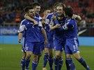 Fotbalisté Faerských ostrovů slaví gól na hřišti Řecka.