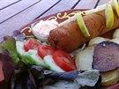 Dívčí sen podávaný s opečenými bramborami, čerstvou zeleninou a omáčkou s ajvarem