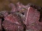 Hovězí kostky na burgundskou je potřeba na pánvi orestovat a nemíchat jako když se dělá guláš.