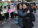 V Jižní Koreji probíhají každoroční zkoušky, učitelka objímá svou studentu a přeje jí hodně štěstí (13. listopadu 2014)
