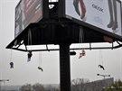 Šest hadrových postaviček na provizorních houpačkách zavěsili recesisté na obří billboard poblíž stanice metra Vltavská. Z billboardu se tak  na několik hodin stal obří kolotoč (9.11.2014)