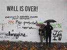 Lennonovu zeď na pražské Kampě kdosi kompletně přebarvil na bílo. Majitelé zdi podali na neznámého vandala trestní oznámení. Lidé sem ale brzy začali nápisy znovu doplňovat (18.11.2014)