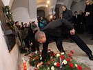 Andrej Babi� p�i�el na N�rodn� t��du polo�it kv�tiny a zap�lit sv��ku  u p��le�itosti 25. v�ro�� 17. listopadu 1989.