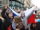 Účastníci demonstrace, kteří přišli prezidentovi Milošovi Zemanovi vystavit červenou kartu.