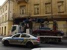 Auto, ze kterého muž ohrožoval chodce plynovou pistolí, z místa odvezla odtahová služba.