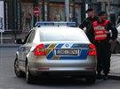 Policist� �e�ili p��pad mu�e, kter� z okna Mercedesu m��il pistol� na chodce.