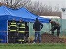 Policisté ve středu odkrývali hrob u obce Štolmíř.