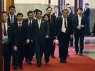Japonský premiér Šinzó Abe před setkáním s čínským prezidentem (10. listopadu)