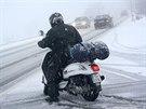 V takovém počasí už jízda bezpečná rozhodně není, lepší je počkat, až silničáři silnici nasolí.