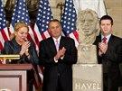 Roušku z busty pomohla sejmout vdova po exprezidentovi Dagmar Havlová.