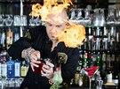 Matthias Giroud zapaluje nad koktejlem rumovou esenci k doladění jeho vůně.