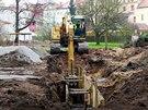 Stavebníci v Tyršových sadech také připravují terén pro pokládku kanalizace.