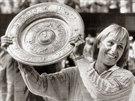 Tenistka Martina Navrátilová s pohárem za vítězství ve Wimbledonu v červenci 1984