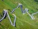 Vysokohorská silnice Stelvio Pass v Itálii pat�í mezi skute�né motorká�ské...