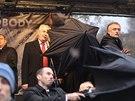 Demonstranti vypískali na Albertově prezidenta Miloše Zemana. Na pódiu jej před vhozenými předměty bránila ochranka a tajemník Jaroslav Hlinovský (17. listopadu 2014).