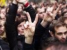 Demonstranti proti prezidentu Milo�i Zemanovi na pra�sk�m Albertov�.