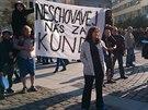 Studenti opavské univerzity s transparentem. (11. listopadu 2014)