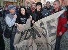 Policisté v civilu odvádějí stranou dva mladé lidi, kteří na mítinku Miloše Zemana v Krnově nesli transparent Stydím se za svého prezidenta. (11. listopadu 2014)